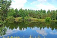 泰丰湖水面平静如镜,清澈见底,在艳阳丽日下,湖光山色,美景如画。尤其在夕阳西下时,游人登上东侧高山俯