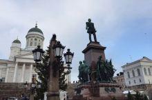赫尔辛基议会广场的中心是塑于1894年的沙皇亚历山大二世铜像,以纪念他给予芬兰充分的自治。站在广场上