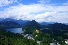 【景点攻略】 详细地址:距离菲森(Fussen)镇约4公里,离德国与奥地利边界不远。  交通攻略:跟