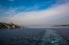 直布罗陀海峡位于西班牙最南部和非洲西北部之间。是连接地中海和大西洋的重要门户,全长约90千米。该峡最