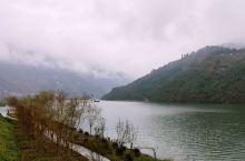 汉江水从门前过,对面住着谁的小阿哥!一江清水,两山相聚,翠竹滴露,云雾缭绕,一派烟雨江南之景。从石泉