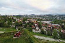特隆赫姆,具有近千年历史的挪威北部小城。到特隆赫姆,一定要去位于当地最高塔塔顶的旋转餐厅,一面品尝当