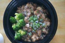 一碗煲仔饭,椒麻鸡丁肉嫩味鲜,配上西兰花既有视觉点缀,又解腻,再来一个配菜,美美的享受,吃完饭来杯开