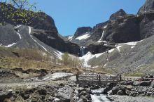 从北坡上天池,还可看到瀑布,温泉,白桦林。
