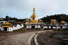千辛万苦,我们终于到了郎木寺。 郎木寺,其实不是一个寺院的名称,而是当地一片地域的名称,可以叫郎木寺