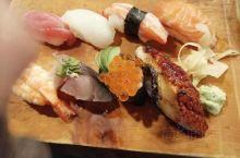 这种寿司在日本吃和在国内吃,口感完全不一样,食材新鲜!味道清谈带着淡淡的酱汁清香。简直就是好吃到爆。