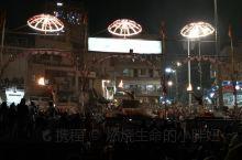 #瓦纳拉西的夜,体验过就够了#去恒河看祭祀的路上,脚下黄金万两,大巴士,轿车,突突车,摩托车,人力三