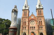 胡志明市主教堂,又称红教堂,圣母主教堂,是胡志明市闹市核心区内的地标建筑,教堂在胡志明市中央邮局旁边
