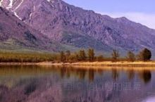 贝加尔湖位于俄罗斯东西伯利亚南部,在布里亚特共和国和伊尔库茨克州境内,湖总容积23.6万亿立方米(2