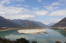 佛掌沙丘位于雅鲁藏布江北岸,近雅鲁藏布大峡谷,因形如双手合十的佛掌而得名。  传说: