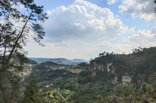 威远县骑龙坳是近年来刚刚兴起的小众旅游打卡地。这里原来是一个安静祥和的普通小山村,不知道从什么时候开