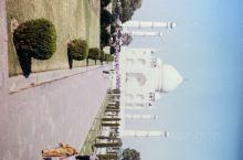 印度是我第一次出国旅行的地方,稀奇吧。 泰姬陵是皇帝沙•贾汉(Shah Jahan)为了纪念已故妻子