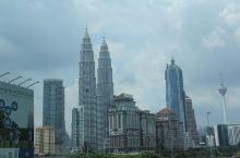 提到吉隆坡地标,AIA建筑大奖得主西萨佩里的杰作,马来西亚国家石油公司双塔当仁不让。  双塔楼高45