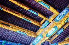乐楼李自成行宫中的一处景区,紧邻梅花亭与捧圣楼,单檐悬山前带卷棚式建筑,正中为演出舞台,两厢廊为看台