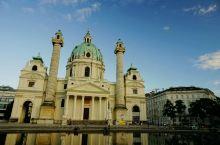 卡尔教堂位于维也纳卡尔广场南侧,与金色大厅隔街相望。这是一座非常有特色的巴洛克式建筑,正面是古希腊神
