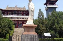 杨贵妃与唐玄宗的爱情故事流传千年,特别是马嵬驿兵变让这场浪漫的爱情长跑最终的结局非常凄惨。 杨贵妃墓