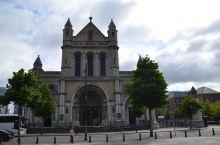 北爱尔兰首府贝尔法斯特街景随拍之二。其中石柱上的历史人物是英国女王的表弟和丈夫阿尔伯特亲王,一个统治