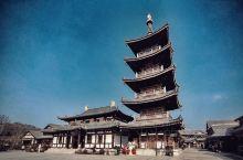 无锡小京都 早有耳闻无锡有个小京都——拈花湾景区,来到现场果不其然,唐风建筑被大量的绿植包裹,一花一