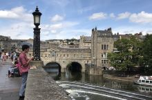 巴斯,位于英格兰西南部,是英国著名的旅游小镇。英文是bath,最初因为罗马人发现了此处的hot sp