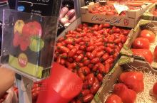 有机超市,蔬菜瓜果禽蛋肉全部是附近农民专供。买了一大堆水果才30多块钱,欧洲消费一如既往的便宜。