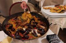 在尼斯的第二天,终于解锁了正确的打开方式 这是一家主打海鲜的西班牙菜餐厅, 量巨大,两人份的海鲜饭,