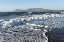 这里的海真的太美了!阳光沙滩和海水混出的颜色,还有天空和远山,就像一个超级大师,在教我们调色,慢慢混