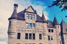 古城風景优美,古色古香,房屋建筑优雅,各具特色,令人目不暇及,仿佛置身於18世纪。
