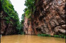 夏天到昆明游玩的朋友记得一定要去九乡的荫翠峡和惊魂峡风景区坐坐小船穿梭一下在两面石墙中间的小河。那真