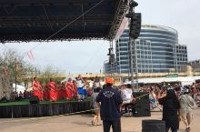在凤凰城举办的美食节开幕式上,各种文艺演出丰富多彩。