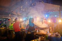 到了东南亚,夜市与市场场也是不能错过的一道风景线。在我们住的不远处,就有一个菲律宾市场,市场就在海边