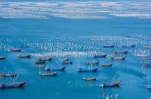 没有茫茫的草原 却又万顷波涛 那是广阔的海湾 水上牧场  没有如云的羊群 却有千艘渔船 那是美丽的海