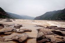 位于山西和陕西交界出的壶口瀑布是非常值得去的一处打卡之所,看蜿蜒缓慢而来的黄色河水遇到壶口变窄巨大落