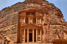 整个古城几乎是全在岩石上雕凿而成,岩石的色泽大多偏紫红和赭红的色调,在阳光下明艳绚丽。