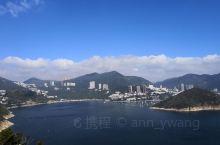 从香港海洋公园的高处俯瞰浅水湾,环境优美,海水湛蓝,白帆点点,不愧是香港最著名的休闲地之一,也确实对