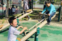 新体育中心很多游乐设施,给孩子玩。