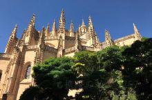 塞哥维亚主教座堂是西班牙最后一座哥特式教堂,宏伟而优美。它还拥有西班牙最高的钟塔。蹬上钟塔可以俯瞰全
