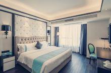 希岸宠爱文化。房间色调主要以蓝色为主,舒适优雅,整体布局很清新。早餐菜品很丰富,凉菜,炒菜,特色炒饭