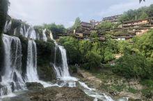 怀着激动的心情来到了网红地芙蓉镇,一个挂在瀑布上的千年古镇,白天她秀美中不失壮观,夜晚就变成了千寻和