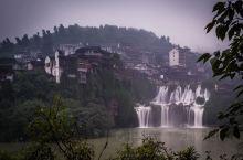 芙蓉镇,路遇群,雨中观瀑,传说中的贞洁牌坊……