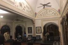 皇宫酒店非常的不错,位置很好,在斋浦尔市中心,离城市宫殿和风之宫都很近,出去就是天文台。房间也很大,