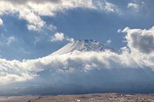 """由东京出发乘坐大巴到富士山一游,二月的富士山积雪还没来得及消融,气温和景色一样的""""冻人""""。而且还处于"""