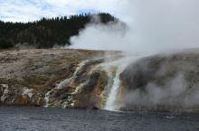 黄石国家公园里的小瀑布,都是冒着蒸汽,滚滚而来