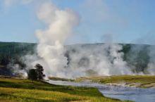 美国黄石公园地热奇观。这里到处都是火山地热,奇异的色彩五彩斑斓,还有间隙喷泉,火山湖,火山爆发喷涌出