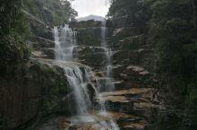 武夷九曲溪上游的青龙大瀑布,瀑布从岩壁上倾泻而下,落入碧绿的潭中,犹如仙境。这里游人较少,到溪边捡拾