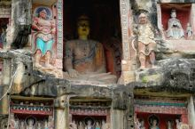 南龛石窟,即巴中南龛摩崖造像,简称南龛石窟,或称南龛坡,位于巴城南一公里的南龛坡山腹,岩石壁立,高十