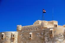 这是埃及著名的亚历山大灯塔遗址,在千年前,这里曾经是世界七大奇迹中的亚历山大灯塔,现在只剩下了塔基,