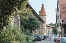 """它位于德国浪漫之路与古堡之路的交汇点,被称为""""中世纪明珠"""";它坐落在如诗如画的陶伯河畔,静谧的小城满"""