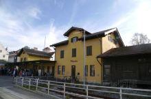 从墨尼黑坐火车约2小时到达菲森(Füssen)。出站乘37路BUS来回4.2€直达新天鹅堡(Schl