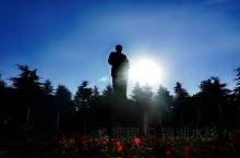 毛泽东同志铜像位韶山市韶山冲引风山,于1993年12月6日运抵韶山,上午9时,韶山冲闪显日月同辉,满