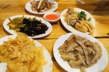 芳记,梧州必打卡的网红宵夜店,非常美味的白粉和品种繁多的小菜,虽说是网红,可不是网上炒作出来专坑外地